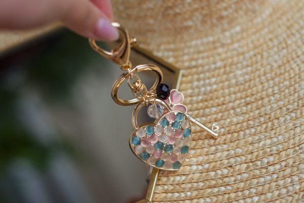 Breloczek-serce turkusowo różowe kryształki GOLD