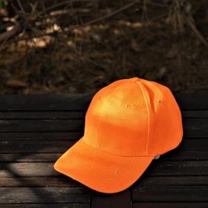 CZAPKA Z DASZKIEM Pomarańczowy